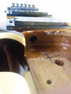 シェクターエレキギターボディの謎の穴
